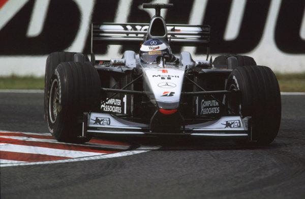 Suzuka, Japan.6-8 October 2000.Mika Hakkinen (McLaren MP4/15 Mercedes).World copyright - LAT Photographic