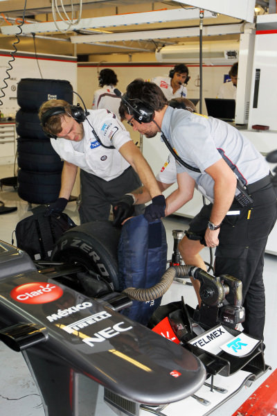 Sauber mechanics take off the tyre warmers. Formula One Young Drivers Test, Day Three, Yas Marina Circuit, Abu Dhabi, UAE, Thursday 8 November 2012.