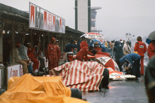 Fuji, Japan. 22nd - 24th October 1976. James Hunt (McLaren M23-Ford), 3rd position and Jochen Mass (McLaren M23-Ford), sit in the pit lane before the start of the race, action.  World Copyright: LAT Photographic Ref: 76 JAP 09.