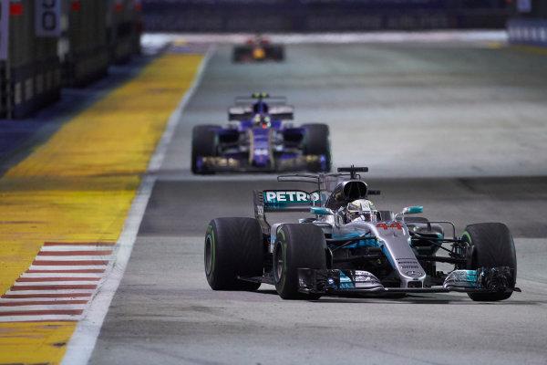 Marina Bay Circuit, Marina Bay, Singapore. Sunday 17 September 2017. Lewis Hamilton, Mercedes F1 W08 EQ Power+, leads Pascal Wehrlein, Sauber C36-Ferrari. World Copyright: Steve Etherington/LAT Images  ref: Digital Image SNE19479