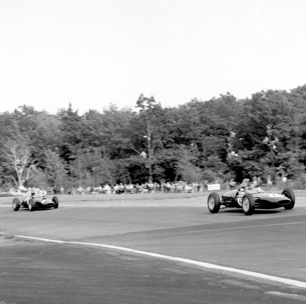 1961 United States Grand Prix.Watkins Glen, USA. 8 October 1961.Innes Ireland (Lotus 21-Climax) leads Graham Hill (BRM P48/57-Climax). Ref-10894.World Copyright: LAT Photographic
