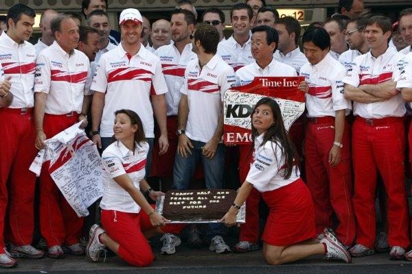 2007 Brazilian Grand Prix - Sinday RaceInterlagos, Sao Paulo, Brazil21st October 2007.The Toyota team say thanks to Ralf Schumacher and Franck Montagny for their services. Portrait. Atmosphere. World Copyright: Andrew Ferraro/LAT Photographicref: Digital Image _H0Y4162