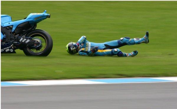 2007 Moto GP British Grand Prix.Donington Park, England.22nd-24th June 2007.Chris Vermeulen (Rizla Suzuki Moto GP, Suzuki GSV-R XRG0) high-siding in craner curves. Action, sequence, crash.World Copyright: Kevin Wood/LAT Photographicref: Digital Image IMG_5040