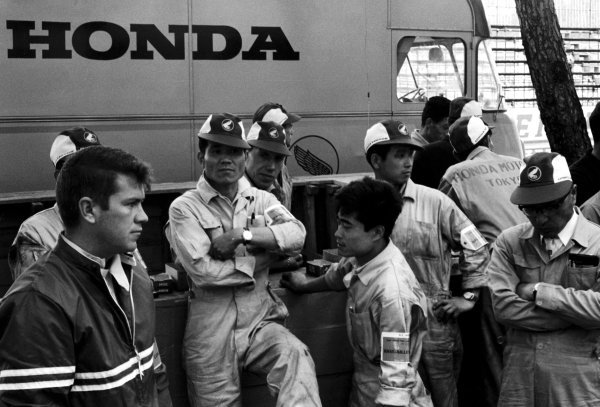 Race retiree Ronnie Bucknum (USA) (left) and the Honda mechanics gather in the cramped confines of the Monaco paddock. Monaco Grand Prix, Monte Carlo, 30 May 1965.