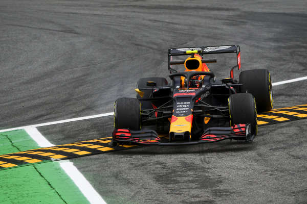 Alexander Albon, Red Bull RB15 runs wide