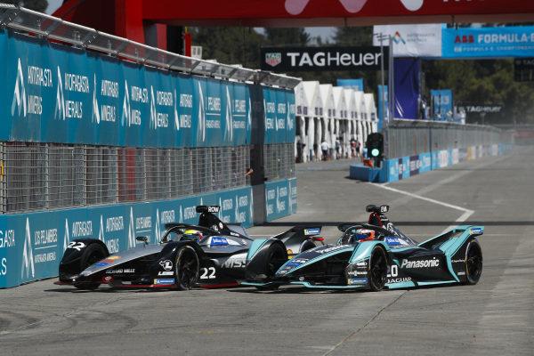 Oliver Rowland (GBR), Nissan e.Dams, Nissan IMO1 battles with Mitch Evans (NZL), Panasonic Jaguar Racing, Jaguar I-Type 3