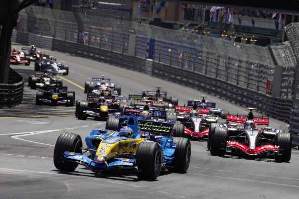 Fernando Alonso, Renault R26 leads Kimi Räikkönen, McLaren MP4-21 Mercedes and Mark Webber, Williams FW28 Cosworth at the start of the race.