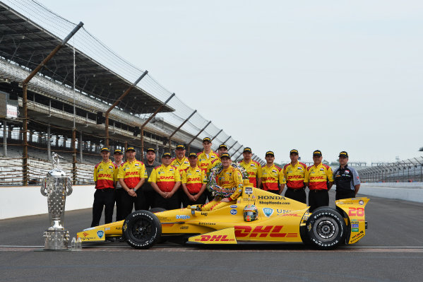 Indy 500 winner Ryan Hunter-Reay (USA) Andretti Autosport poses with the team and the Borg Warner Trophy.Verizon IndyCar Series, Rd4, Indianapolis 500, Indianapolis, USA, 26 May 2014.