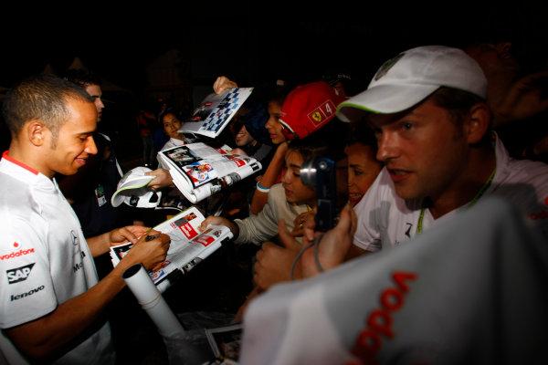 Albert Park, Melbourne, Australia29th March 2009.Lewis Hamilton, McLaren MP4-24 Mercedes, signs some autographs for fans. Atmosphere. World Copyright: Charles Coates/LAT Photographicref: Digital Image _26Y0984