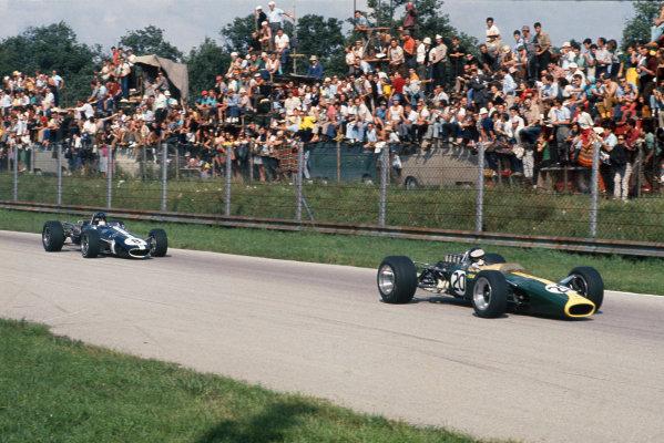 Monza, Italy. 8-10 September 1967.  Jim Clark (Lotus 49 Ford) leads Dan Gurney (Eagle T1G Weslake).  Ref: 67ITA01. World Copyright: LAT Photographic