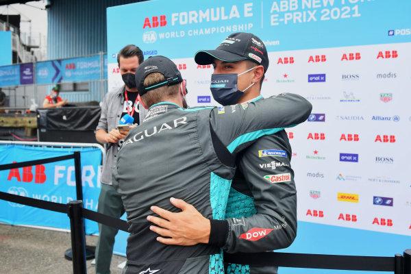 Front row starters Mitch Evans (NZL), Jaguar Racing, and pole man Sam Bird (GBR), Jaguar Racing, congratulate each other