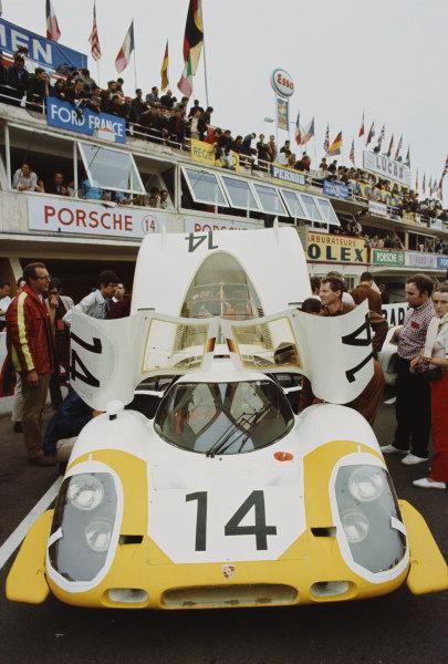 Rolf Stommelen / Kurt Ahrens, Jr., Porsche System Engineering, Porsche 917 LH, before the start.