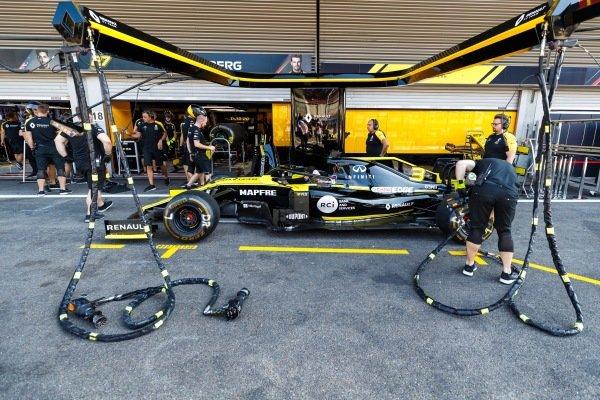Daniel Ricciardo, Renault R.S.19, in the pits