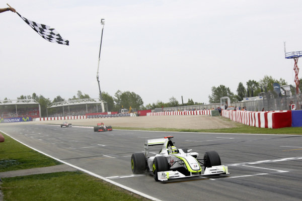 Jenson Button, Brawn BGP 001 Mercedes takes the chequered flag for victory.