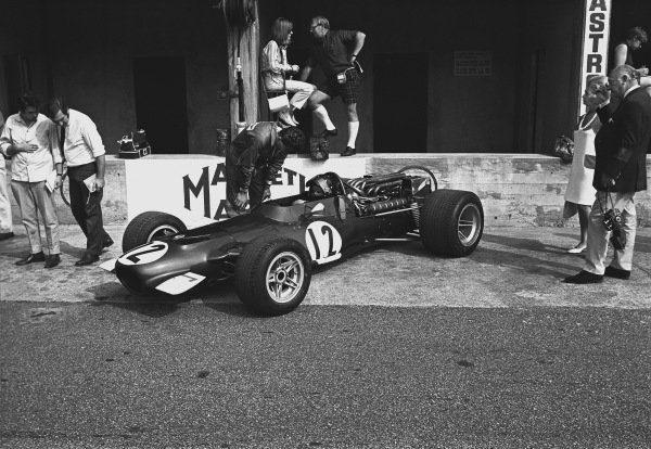 1969 Italian Grand Prix.  Monza, Italy. 5th - 7th September 1969.  Jackie Oliver (B.R.M. P139), retired, in the pits, action.  World Copyright: LAT Photographic.  Ref:  2669 - 12.