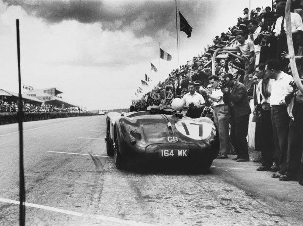 Le Mans, France. 13th - 14th June 1953.Stirling Moss / Peter Walker (Jaguar XK120 C), 2nd position, pit stop, action.World Copyright - LAT PhotographicRef: 53/52 - 30.