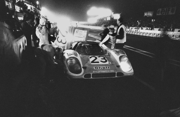 1970 Le Mans 24 hours. Le Mans, France. 13th - 14th June 1970. Hans Herrmann / Richard Attwood (Porsche 917K), 1st position, pit stop and driver change, action. World Copyright: LAT Photographic. Ref: 1297F - 26A.
