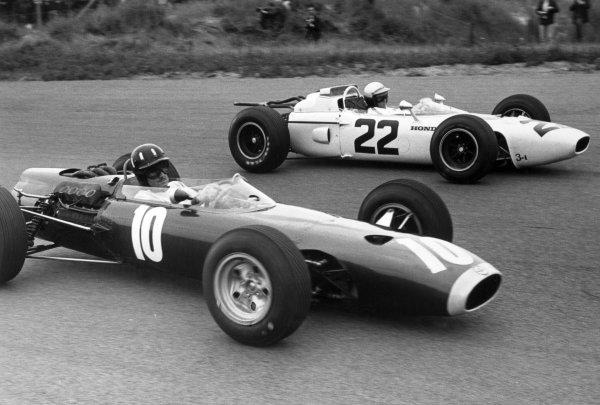 1965 Dutch Grand Prix.Zandvoort, Holland. 18 July 1965.Richie Ginther, #22 Honda RA272, 6th position, and Graham Hill, BRM P261, 4th position, action.World Copyright: LAT PhotographicRef: Motor b&w print