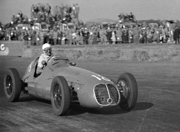 1948 British Grand Prix. Silverstone, Great Britain. 2 October 1948. Luigi Villoresi (Maserati 4CLT/48), 1st position. World - LAT Photographic