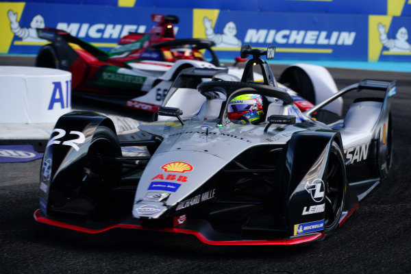 Oliver Rowland (GBR), Nissan e.Dams, Nissan IMO1 leads Daniel Abt (DEU), Audi Sport ABT Schaeffler, Audi e-tron FE05