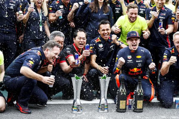 Christian Horner, Team Principal, Red Bull Racing, Masashi Yamamoto, General Manager, Honda Motorsport, Toyoharu Tanabe, F1 Technical Director, Honda, Alexander Albon, Red Bull Racing, Max Verstappen, Red Bull Racing, 1st position, and the Red Bull team celebrate