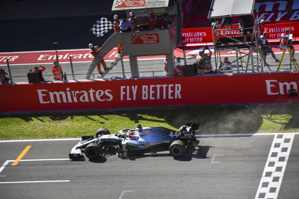 Race Winner Lewis Hamilton, Mercedes AMG F1 W10 crosses the Finish line with the checkered flag being waved