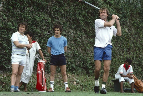 1984 Brazilian Grand Prix.Jacarepagua, Rio de Janeiro, Brazil.23-25 March 1984.Jacques Lafitte (Williams) plays some golf with fellow driver Alain Prost (McLaren).Ref-84 BRA 04.World Copyright - LAT Photographic