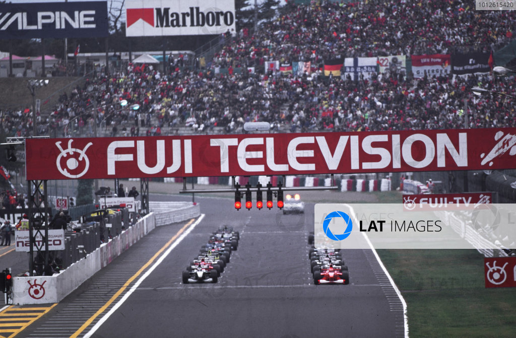 Suzuka, Japan.6-8 October 2000.The grid prepares for the start.World copyright - LAT Photographic