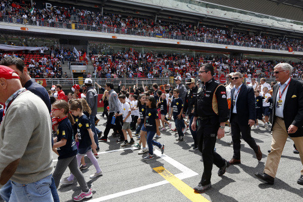 Circuit de Catalunya, Barcelona, Spain 12th May 2013 Children, team members, and drivers on the grid to promote the Safer Roads for All Campaign. Photo: Andrew Ferraro/LAT Photographic ref: Digital Image _79P4406