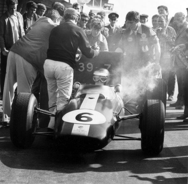 1966 Dutch Grand Prix. Zandvoort, Holland. 24 July 1966. Jim Clark, Lotus 33-Climax, 3rd position, action, pitstop. World Copyright: LAT Photographic Ref: 35936