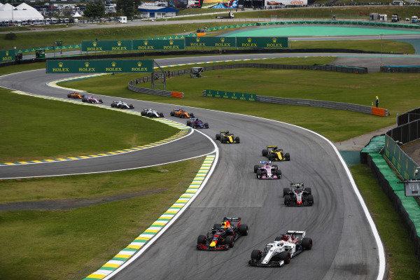 Daniel Ricciardo, Red Bull Racing RB14 Tag Heuer, dives inside Marcus Ericsson, Sauber C37 Ferrari, ahead of Kevin Magnussen, Haas F1 Team VF-18 Ferrari, and Sergio Perez, Force India VJM11 Mercedes.