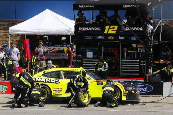 #12: Paul Menard, Team Penske, Ford Mustang Menards/Richmond pit stop