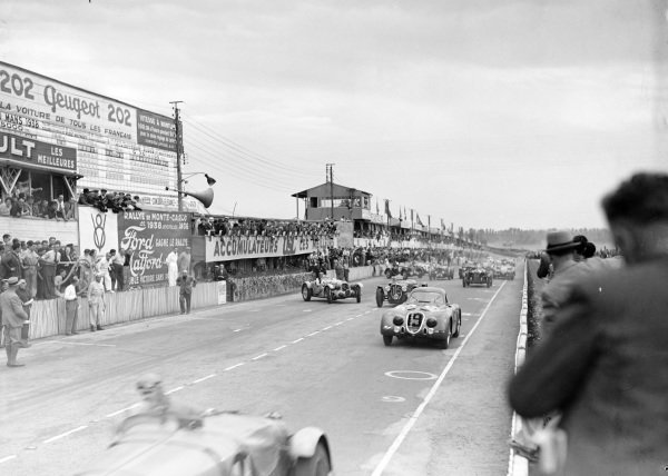The start of the race. Raymond Sommer / Clemente Biondetti, Alfa Romeo 8C 2300B Touring, leads Eugène Chaboud / Jean Tremoulet, Delahaye 135CS, and Philippe Etancelin / Luigi Chinetti, Talbot T26 SS.