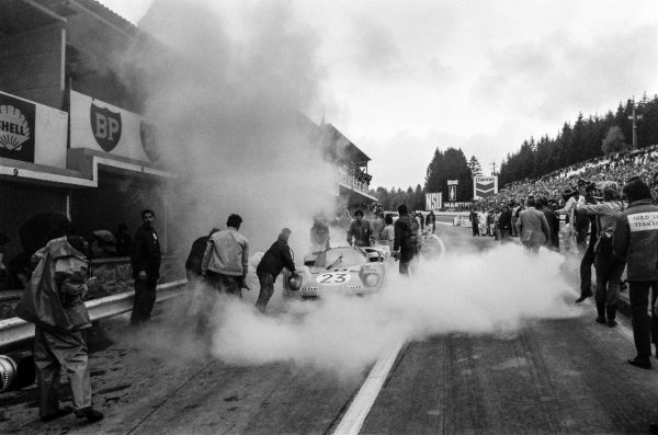1970 Spa Francorchamps 1000 kms. Spa Francorchamps, Belgium. 17th May 1970. Rd 6. Derek Bell / Hughes de Fierlant (Ferrari 512 S), 8th position, catches fire in the pits, action.  World Copyright: LAT Photographic.  Ref:  L70 - 453 - 19A.
