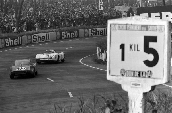 Jo Siffert/ Hans Herrmann, Porsche System Engineering, Porsche 907/6, leads Henri Grandsire / Jose Rosinski, Automobiles Alpine, Alpine A210 Renault.
