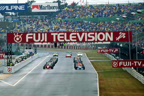 1995 Japanese Grand Prix.Suzuka, Japan.27-29 October 1995.Michael Schumacher (Benetton B195 Renault) and Jean Alesi (Ferrari 412T2) on the front row of the grid for the start. Schumacher finished in 1st position.World Copyright - LAT Photographic