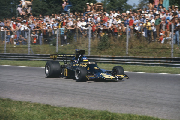 1974 Italian Grand Prix.  Monza, Italy. 6-8th September 1974.  Ronnie Peterson, Lotus 76 Ford, in practice.  Ref: 74ITA07. World Copyright: LAT Photographic