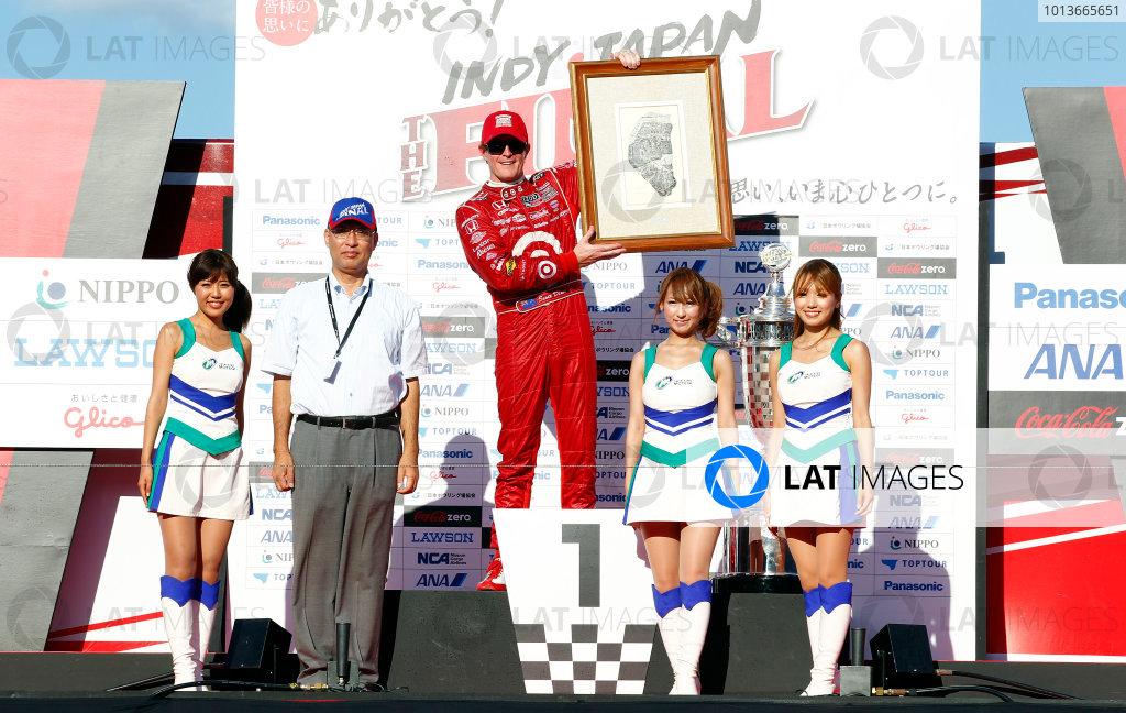 15-18 September, 2011, Twin Ring Motegi JapanScott Dixon receives the gift of art(c)2011, Phillip AbbottLAT Photo USA