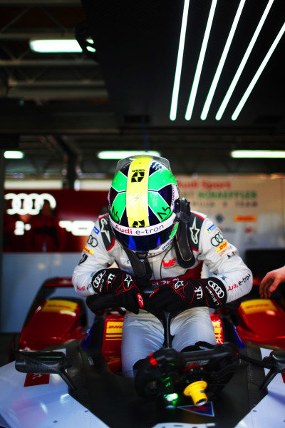 Lucas Di Grassi (BRA), Audi Sport ABT Schaeffler, Audi e-tron FE05, climbs into his car