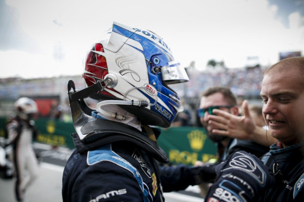 HUNGARORING, HUNGARY - AUGUST 03: Race winner Nicholas Latifi (CAN, DAMS) celebrates in parc ferme with his team during the Hungaroring at Hungaroring on August 03, 2019 in Hungaroring, Hungary. (Photo by Joe Portlock / LAT Images / FIA F2 Championship)