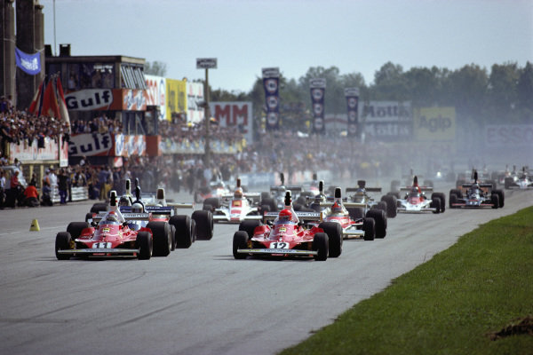 The Ferrari 312T of Clay Regazzoni and Niki Lauda lead the rest of the field at the start.