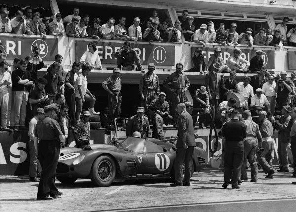 Le Mans, France. 25th - 26th June 1960 Olivier Gendebien/Paul Frere (Ferrari 250 TR59/60), 1st position, pit stop action. World Copyright: LAT Photographic Ref:  Autocar Glass Plate C59059.