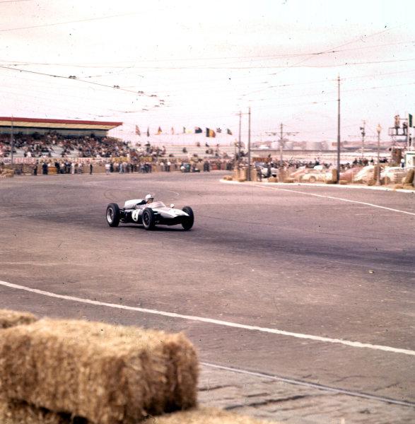 1960 Portuguese Grand Prix.Porto, Portugal.12-14 August 1960.Bruce McLaren (Cooper T53 Climax) 2nd position.Ref-3/0197.World Copyright - LAT Photographic