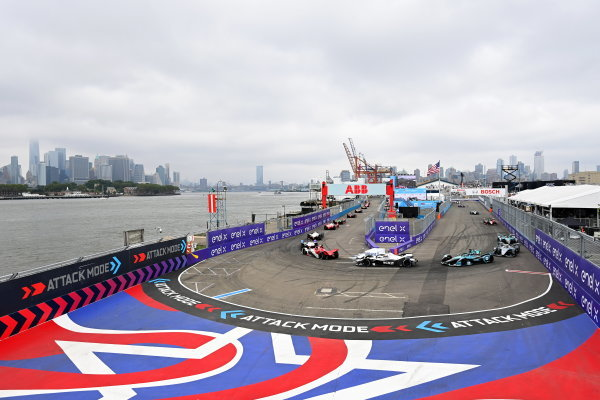 Joel Eriksson (SWE), Dragon Penske Autosport, Penske EV-5, leads Edoardo Mortara (CHE), Venturi Racing, Silver Arrow 02, and Tom Blomqvist (GBR), NIO 333, NIO 333 001