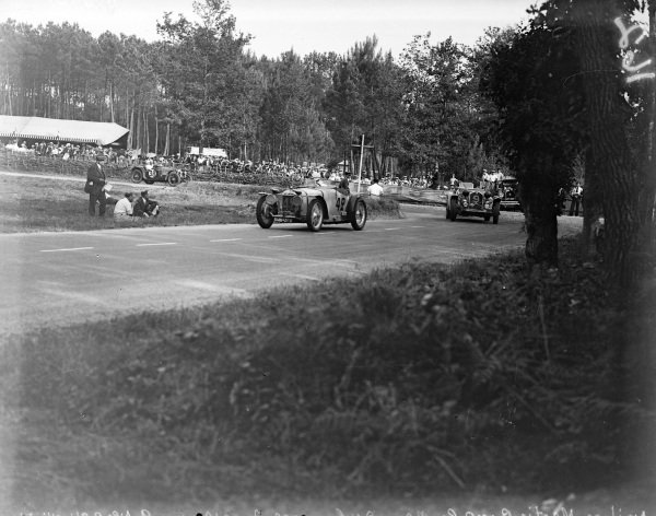Charles Auguste Martin / Fernand Pousse, Amilcar CG Special Martin leads Luigi Chinetti / Philippe Étancelin, Alfa Romeo 8C 2300 and Dorothy Champney / Kay Petre, Riley Ulster Imp 9.