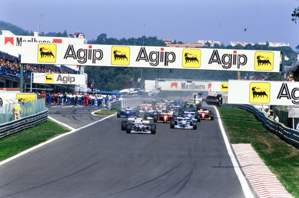 David Coulthard, Williams FW17 Renault, leads Damon Hill, Williams FW17 Renault, Michael Schumacher, Benetton B195 Renault, Gerhard Berger, Ferrari 412T2, and Johnny Herbert, Benetton B195 Renault, at the start.