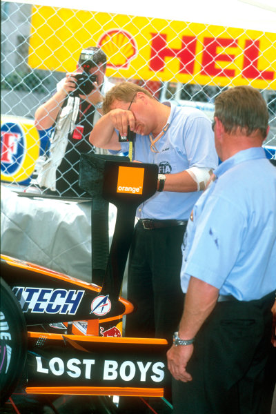 Monte Carlo, Monaco. 29th May 2001. Personnel from the FIA take a close look at the unusual extra wing on the Orange Arrows A22.World Copyright: Martyn Elford/LAT Photographic ref: 35mm Priority Image 01MON18
