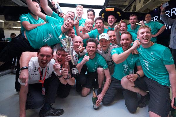 Autodromo Hermanos Rodriguez, Mexico City, Mexico. Sunday 1 November 2015. Nico Rosberg, Mercedes AMG, 1st Position, celebrates with his team. World Copyright: Steve Etherington/LAT Photographic ref: Digital Image SNE19331