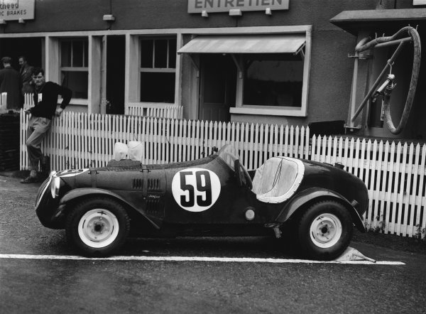 Le Mans, France. 23rd - 24th June 1951 Schrafft/Phil Stiles (Crosley), retired, in the pits, portrait. World Copyright: LAT Photographic Ref: Autocar Glass Plate C29691.