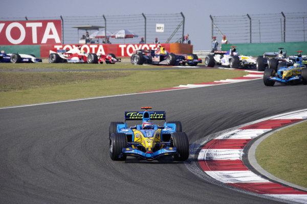 Fernando Alonso, Renault R25 leads Giancarlo Fisichella, Renault R25 and Juan Pablo Montoya, McLaren MP4-20 Mercedes.